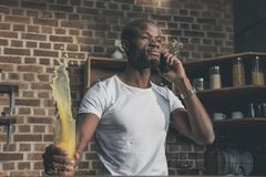 gniewny amerykanina afrykańskiego pochodzenia mężczyzna jaty sok podczas czasu Obrazy Royalty Free