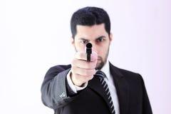 Gniewny arabski biznesowy mężczyzna z armatnim przygotowywającym zwłoka Zdjęcie Royalty Free