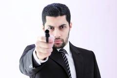 Gniewny arabski biznesowy mężczyzna z armatnim przygotowywającym zwłoka Obraz Royalty Free