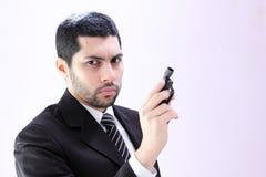 Gniewny arabski biznesowy mężczyzna z armatnim przygotowywającym zwłoka Fotografia Royalty Free