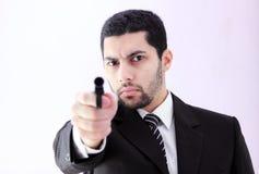 Gniewny arabski biznesowy mężczyzna z armatnim przygotowywającym zwłoka Obrazy Royalty Free