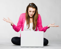 gniewny atrakcyjny jej laptopu kobiety potomstwa Obrazy Stock