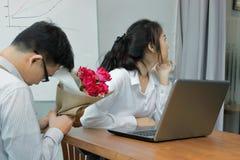 Gniewny Azjatycki bizneswoman odmawia bukiet czerwone róże od biznesowego mężczyzna Rozczarowany miłości pojęcie obraz stock
