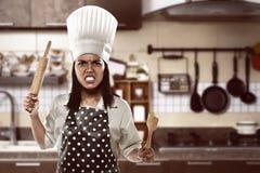 Gniewny azjatykci kobieta szef kuchni obrazy stock