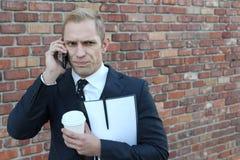 Gniewny biznesmen dzwoni telefonem zdjęcia stock