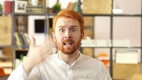 Gniewny biznesmen krzyczy bardzo głośnego na pracownikach zbiory wideo