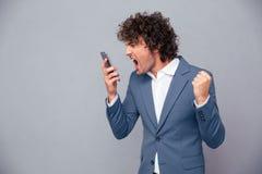 Gniewny biznesmen krzyczy na smartphone Zdjęcie Stock