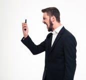 Gniewny biznesmen krzyczy na smartphone Zdjęcie Royalty Free