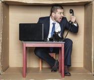 Gniewny biznesmen krzyczy telefon h przy kasą teatralną Obrazy Stock