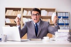 Gniewny biznesmen pracuje w biurze Zdjęcia Royalty Free