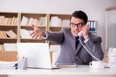 Gniewny biznesmen pracuje w biurze Fotografia Stock