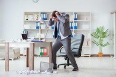 Gniewny biznesmen szokował działanie w biurze podpalającym grabijącym Obraz Royalty Free