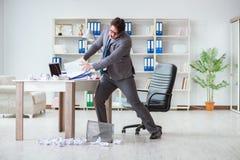 Gniewny biznesmen szokował działanie w biurze podpalającym grabijącym Fotografia Stock