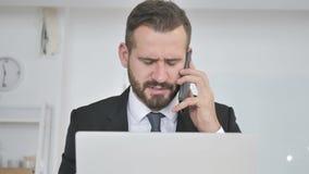 Gniewny biznesmen Wrzeszczy na telefonie, Biznesowa strata zbiory