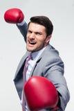 Gniewny biznesmen z bokserskimi rękawiczkami obrazy stock