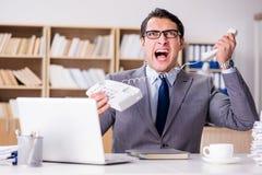 Gniewny biznesmen z zbyt dużo pracy w biurze zdjęcie royalty free
