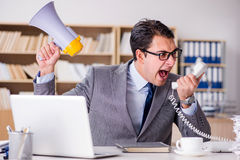 Gniewny biznesmen z zbyt dużo pracy w biurze Fotografia Royalty Free