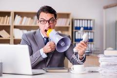 Gniewny biznesmen z zbyt dużo pracy w biurze Zdjęcia Royalty Free