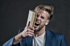Gniewny biznesmena krzyk z książką, wiedza fotografia royalty free