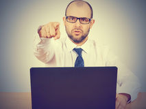 Gniewny biznesmena obsiadanie przy jego biurkiem Obraz Stock