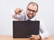 Gniewny biznesmena obsiadanie przy jego krzyczeć i biurkiem Obraz Royalty Free
