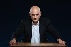 Gniewny biznesmena obsiadanie przy stołem zdjęcia royalty free