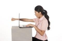 Gniewny biznesowego mężczyzna poncza laptop obraz royalty free