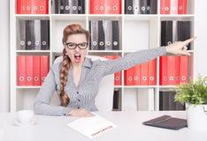 Gniewny biznesowej kobiety szef wskazuje out Dymisi pojęcie zdjęcie royalty free