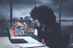 Gniewny biznesowy amerykanin afrykańskiego pochodzenia z wirusową błąd wiadomością zdjęcie royalty free