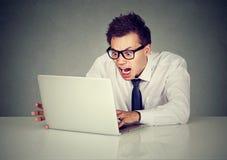 Gniewny biznesowy mężczyzna krzyczy przy komputerem Zdjęcie Royalty Free