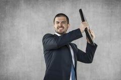 Gniewny biznesowy mężczyzna niszczy komputer zdjęcia stock