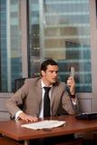 Gniewny biznesowy mężczyzna trzyma telefonicznego odbiorcę Obrazy Royalty Free