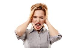 Gniewny bizneswoman krzyczy, trzymający jej głowę zdjęcia stock