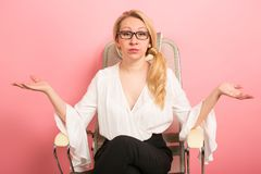 Gniewny bizneswoman krzyczy w krześle Obraz Stock
