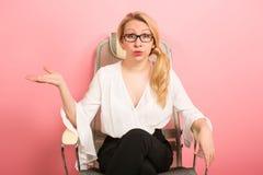 Gniewny bizneswoman krzyczy w krześle Zdjęcia Royalty Free