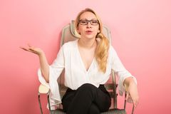 Gniewny bizneswoman krzyczy w krześle Obraz Royalty Free