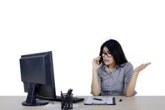 Gniewny bizneswoman opowiada na smartphone Zdjęcie Stock
