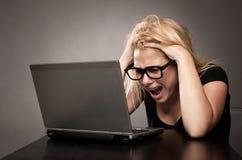 Gniewny bizneswoman pracuje z laptopem Fotografia Royalty Free