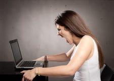 Gniewny bizneswoman pracuje z laptopem Zdjęcie Royalty Free