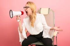 Gniewny bizneswoman z głośnikiem Obrazy Royalty Free