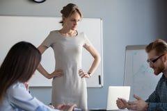 Gniewny bizneswomanu czekanie dla pracownika wyjaśnienia niepowodzenie obrazy royalty free