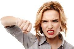 Gniewny bizneswomanu uderzać pięścią obraz stock