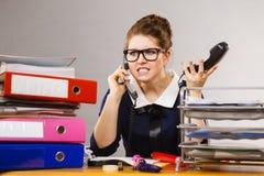 Gniewny bossy bizneswomanu telefonu opowiadać Zdjęcia Stock