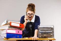 Gniewny bossy bizneswomanu telefonu opowiadać Fotografia Royalty Free