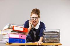 Gniewny bossy bizneswomanu telefonu opowiadać Zdjęcie Stock