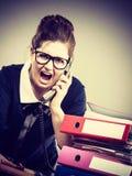 Gniewny bossy bizneswomanu telefonu opowiadać Fotografia Stock