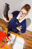 Gniewny bossy bizneswomanu telefonu opowiadać Obrazy Stock