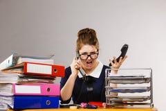 Gniewny bossy bizneswomanu telefonu opowiadać Obrazy Royalty Free