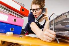 Gniewny bossy bizneswomanu telefonu opowiadać Obraz Royalty Free