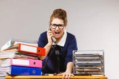 Gniewny bossy bizneswomanu telefonu opowiadać Zdjęcia Royalty Free
